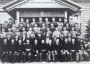 111第1回卒業生記念写真(1900(明治33)年)後ろ3列が卒業生である。写真